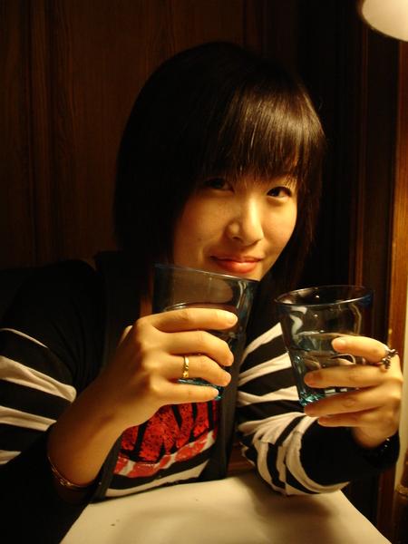 拿兩個水杯拍照很白七。