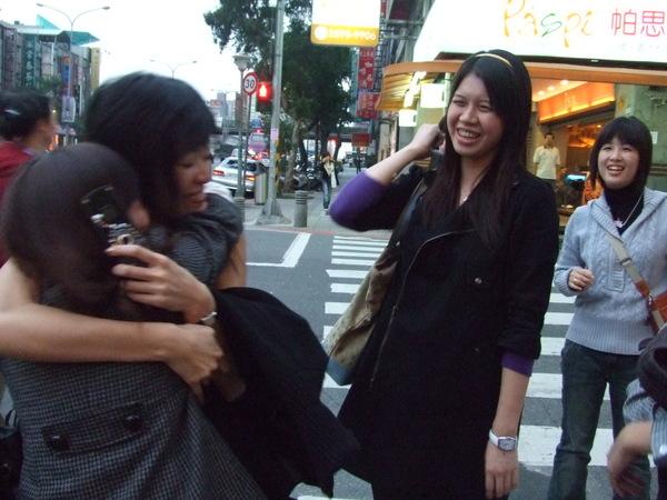 離別前.大家一一與江愛的抱抱一下。
