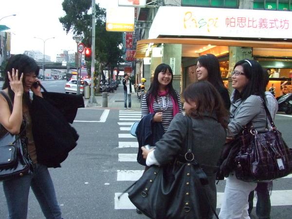 一群瘋女人在台北街頭打鬧咆哮!