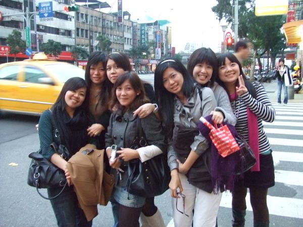 在台北街頭捨不得分離。