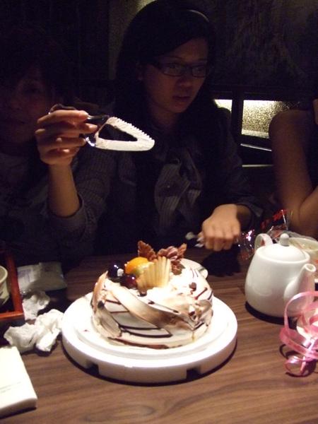 切蛋糕這種神聖的事就交給高手廖仔仔了。
