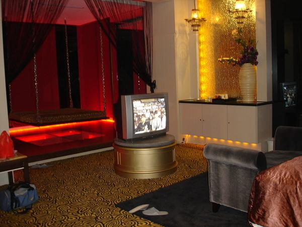 房間一角.中間的電視置放圓台可以360度旋轉。