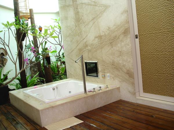早上的浴室明亮很多,因為天花板是透天的板子。