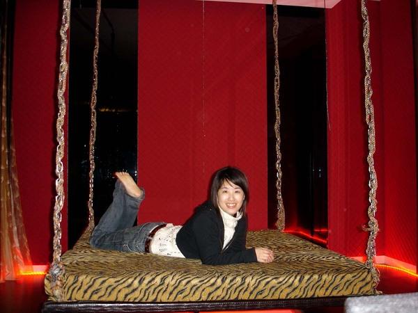 看到這種床不來個做作姿勢怎行...  其實我也沒很胖嘛!哇哈哈