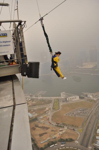 呼~ 我離地了,,即將從60樓空降..