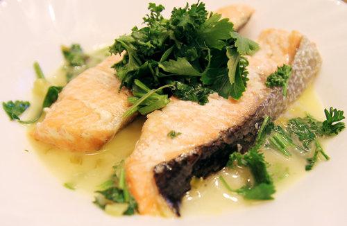 鮭魚佐白酒巴西利醬汁
