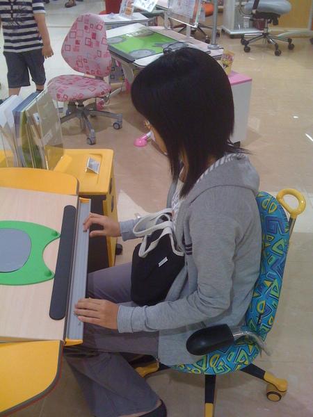 在巨蛋試坐小孩專屬讀書桌XD