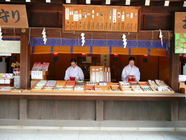 原來日本遊戲內的巫女,都是在賣東西