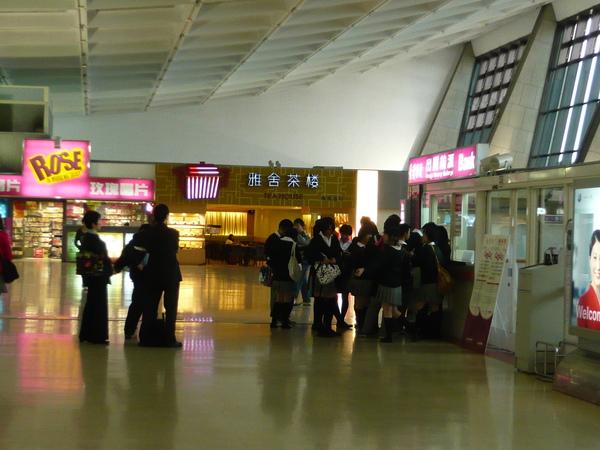 機場外的日本學生歸國