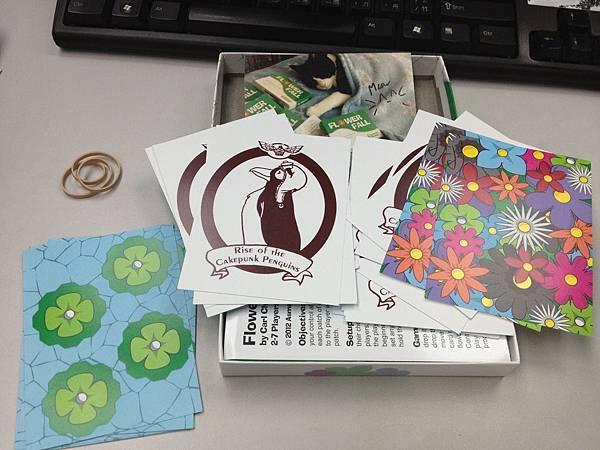果然裡面放了同意晚點收到遊戲的企鵝獎勵卡,還有兩張不知道幹嘛的百花卡。