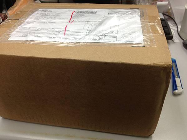 紙箱看起來不算大,一開始我還以為裡面裝的只有加購的配件而已。
