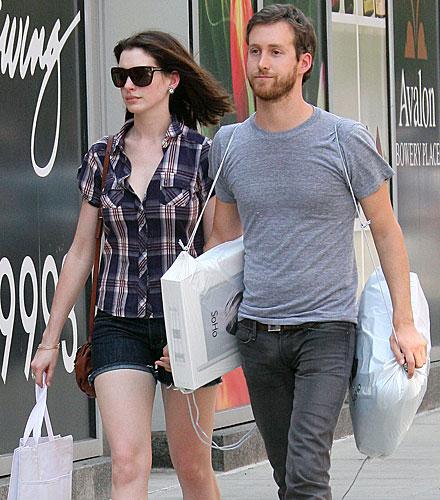 Anne Hathaway and boyfriend Adam Shulman hit the Apple store in New York