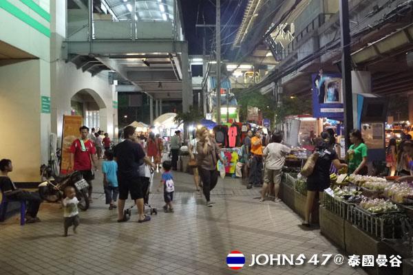 泰國曼谷Tesco Lotus連鎖大型超市 外頭攤販.jpg