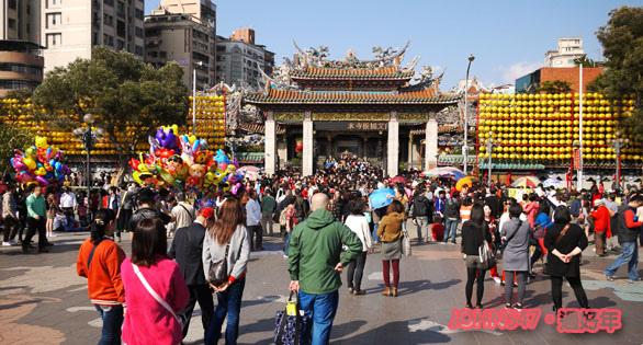 台灣過年廟裡拜拜求好運