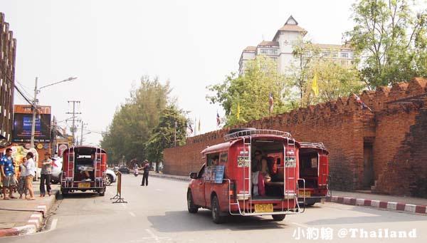 清邁交通工具-紅色雙條車 Song Theaw 塔佩門.jpg