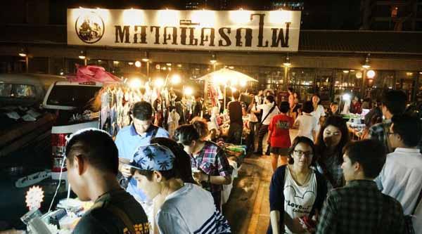曼谷塔拉羅費鐵道夜市重新開幕Talad Rot Fai Train Market