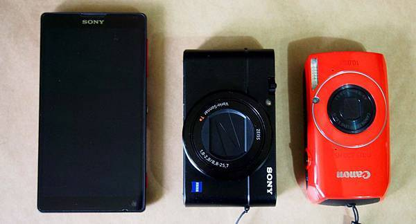 Sony Cyber-shot DSC-RX100M3(MARK III)VS 5吋手機 Canon IXUS 300 HS機身比一比.jpg