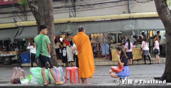 泰國曼谷-早晨布施,敬心將食物、生活用品供養佛僧.jpg