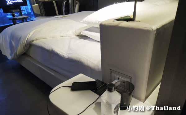 Sofitel So Bangkok Hotel索菲特曼谷五星飯店入住-床邊充電.jpg