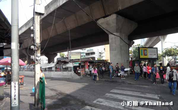 泰國曼谷如何搭小巴到安帕瓦水上市集美功鐵道市場9.jpg