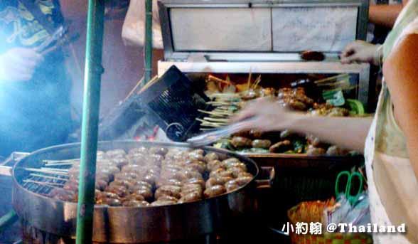泰北香腸攤,晚上在地人排隊的銅板美食@清邁寧曼路1.jpg