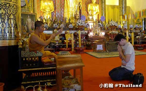 泰國佛寺 佛僧為民眾加持祈福
