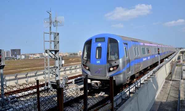 桃園機場捷運普通車藍色,抵達機場需約70分鐘.jpg