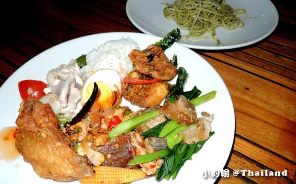 Floathouse River Kwai Resort dinner5.jpg