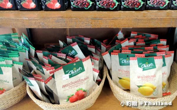 泰國必買皇家農場芒果乾草莓乾.jpg