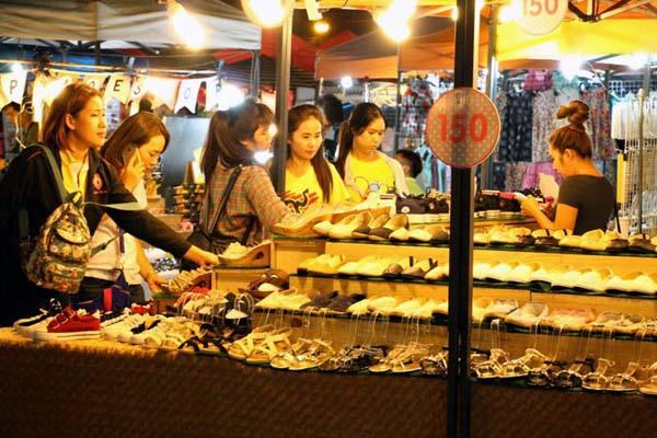 泰國曼谷火車貨櫃夜市Train Night Market Kaset Nawamin16.jpg