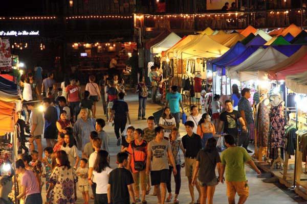 泰國曼谷火車貨櫃夜市Train Night Market Kaset Nawamin10.jpg