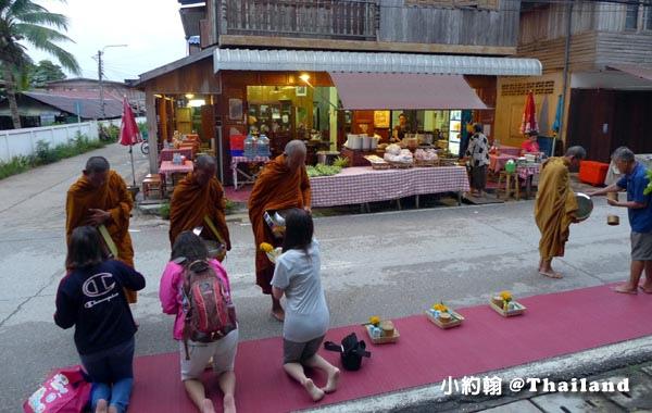 泰國清康旅遊Chiang Khan和尚化緣布施1.jpg