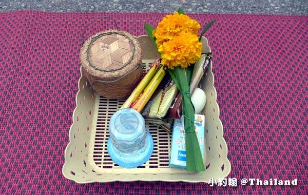 泰國清康旅遊Chiang Khan和尚化緣布施2.jpg