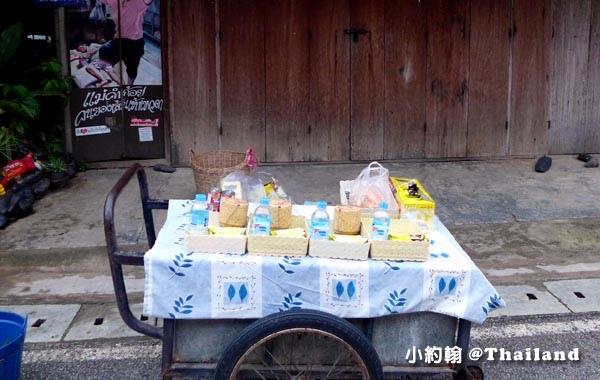 泰國清康旅遊Chiang Khan和尚化緣布施3.jpg