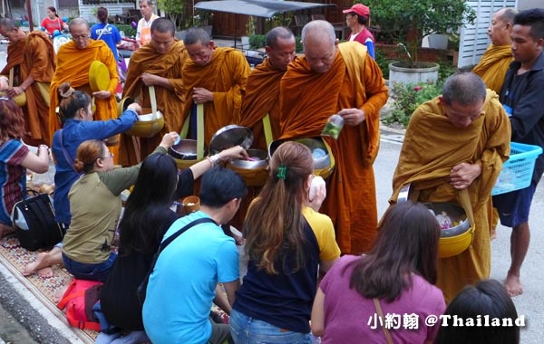 泰國清康旅遊Chiang Khan和尚化緣布施5.jpg