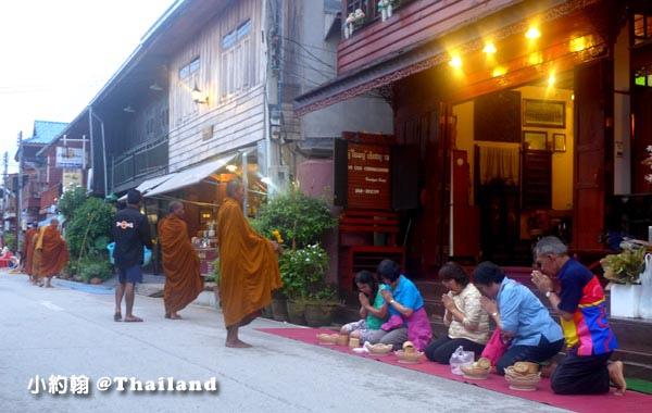泰國清康旅遊Chiang Khan和尚化緣布施4.jpg