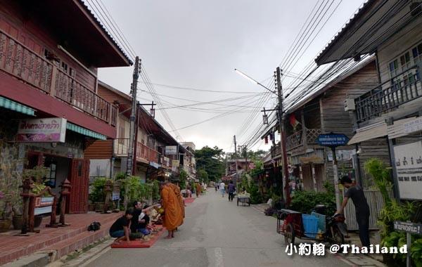 泰國清康旅遊Chiang Khan和尚化緣布施8.jpg