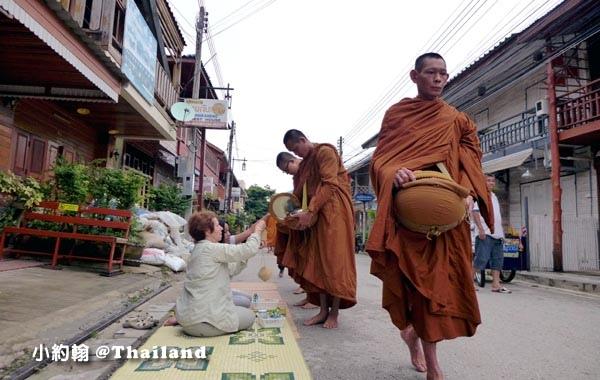 泰國清康旅遊Chiang Khan和尚化緣布施9.jpg