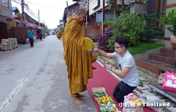 泰國清康旅遊Chiang Khan和尚化緣布施10.jpg