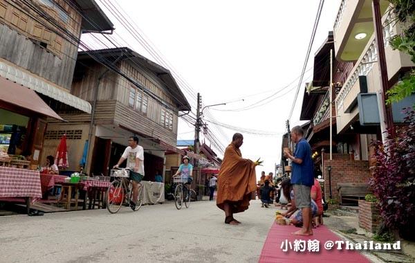 泰國清康旅遊Chiang Khan和尚化緣布施11.jpg