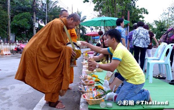 泰國清康旅遊Chiang Khan和尚化緣布施12.jpg