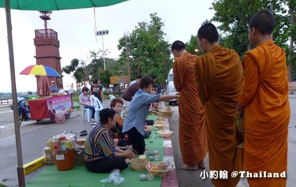 泰國清康旅遊Chiang Khan和尚化緣布施13.jpg