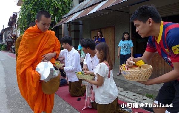 泰國清康旅遊Chiang Khan和尚化緣布施14.jpg