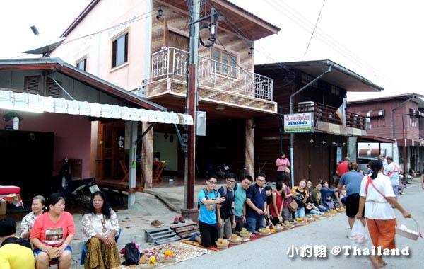 泰國清康旅遊Chiang Khan和尚化緣布施15.jpg