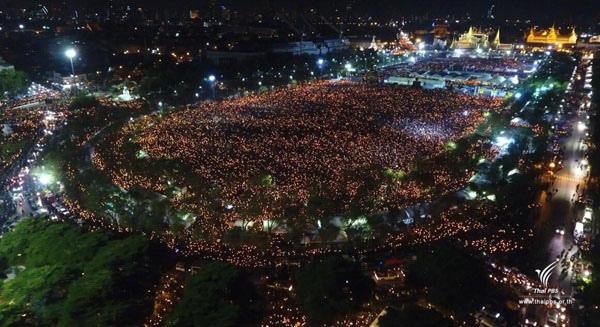 泰國皇家田廣場上聚集數萬名民眾悼念齊唱頌聖歌活動