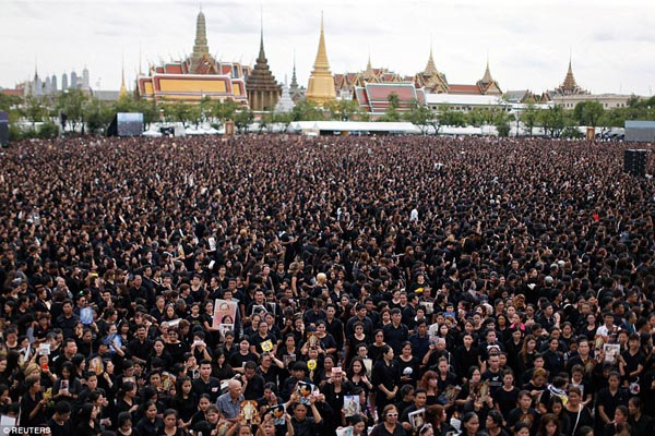 Mourners in honour of Thailand's King Sanam Luang.jpg