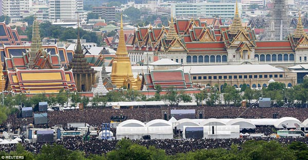 Mourners in honour of Thailand's King Sanam Luang2.jpg