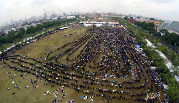泰國人排隊進曼谷大皇宮瞻仰泰皇.jpg