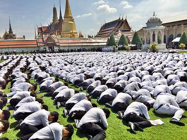 Thai students to Grand Palace for the king.jpg