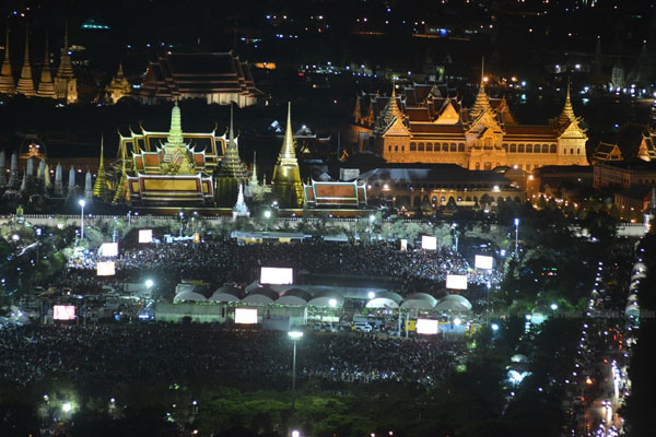 Thai people around Grand Palace for the king.jpg